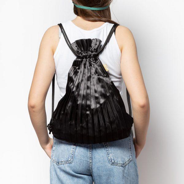 zainetto plissettato in raso nero indossato